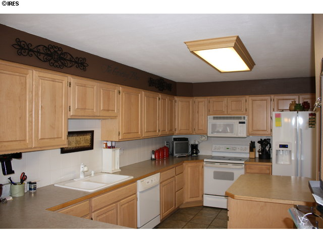 Maple cabinets w/island